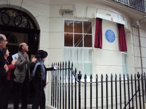 Yoko Ono unveiling the plaque to John Lennon at 34 Montagu Square