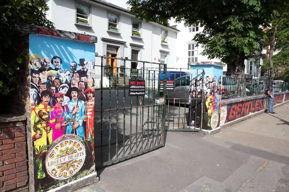 The Beatles Polska: Sierżant Pieprz namalowany na murze przy Abbey Road